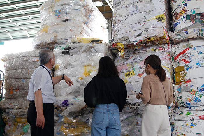 段ボールやチラシなどの紙類発泡スチロール廃プラスチックの再資源化は、なんと100%!